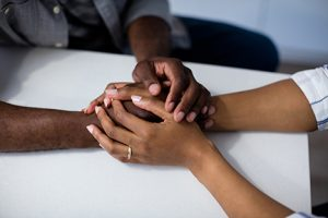 holding hands on table_l_84099881